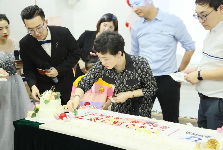 九周年庆典吴总切蛋糕环节